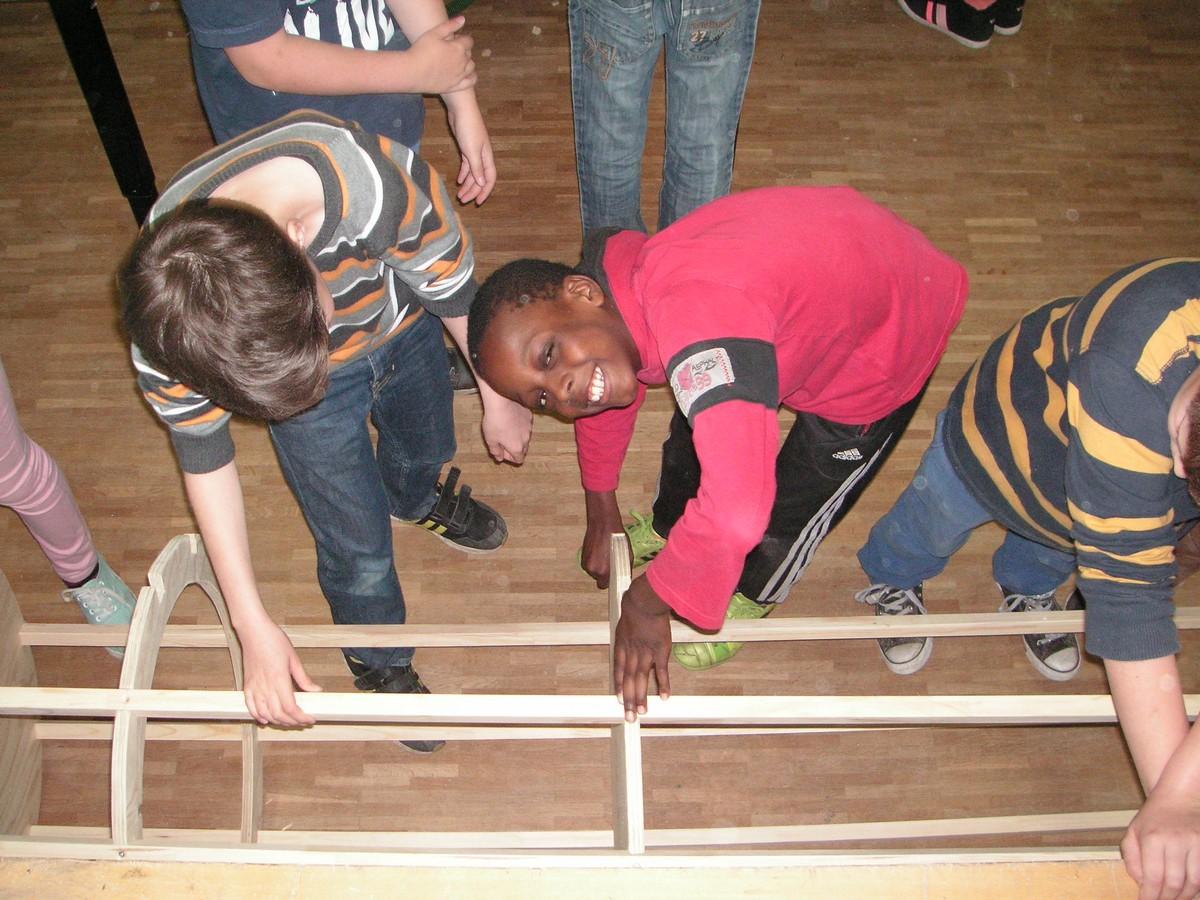 Die TUSCH-Kinder bauen eine Litfaßsäule.